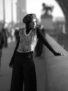 Longue promenade sur les quais de Seine près de la Tour-Eiffel pour un shooting