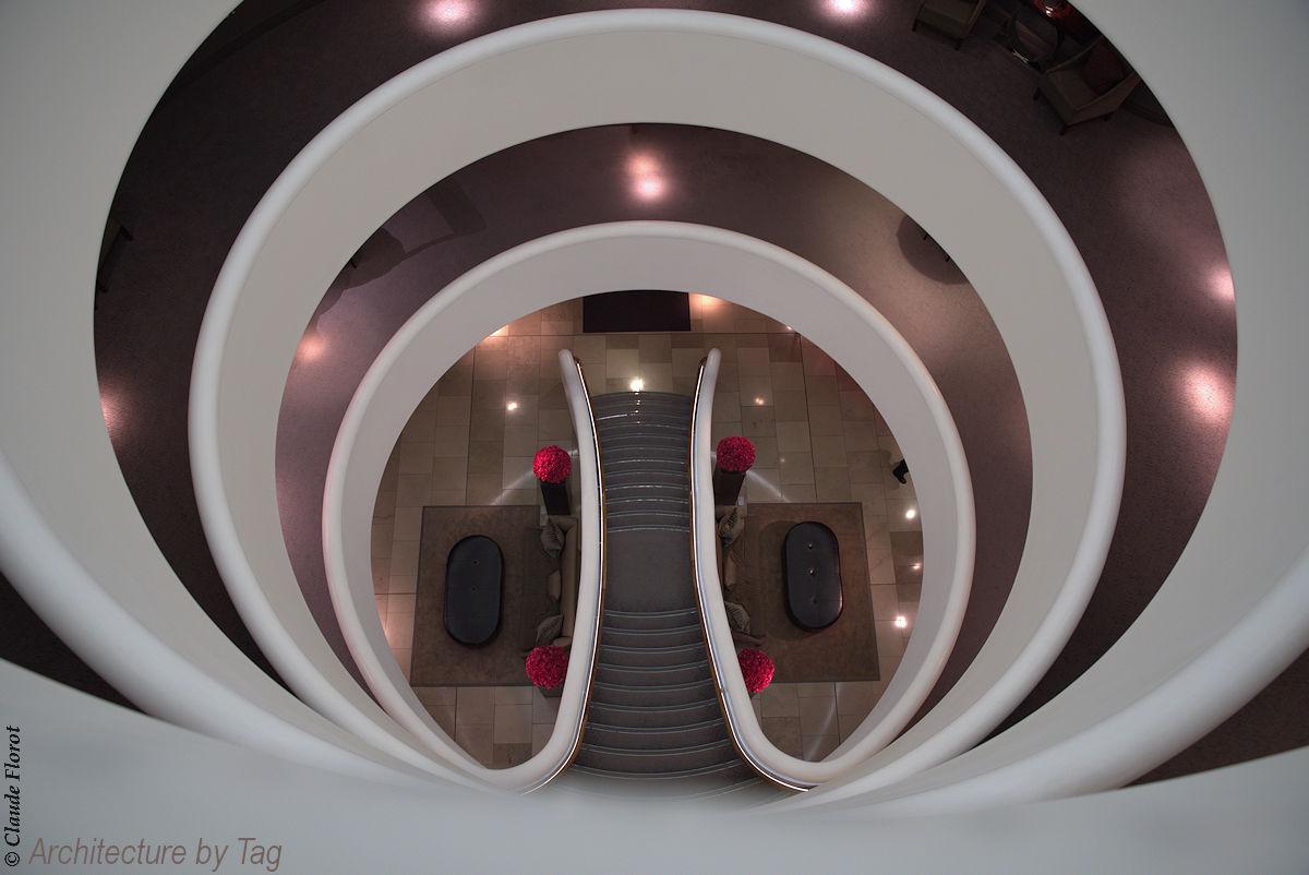Escalier d'un hôtel en Angleterre, architecture TAG