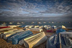 Petit matin tôt sur une plage anglaise avec ses barques retournées