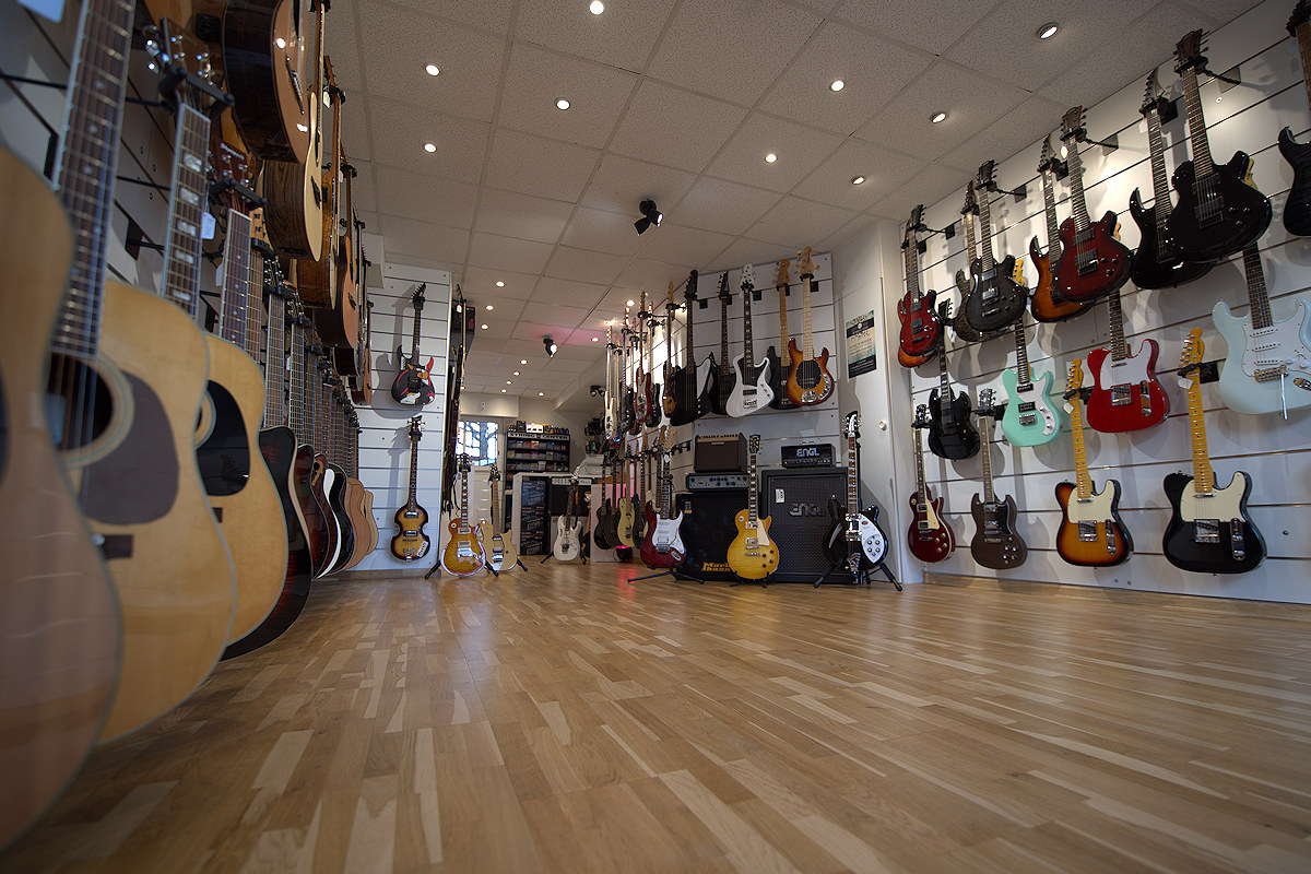 Intérieur d'une boutique de guitares